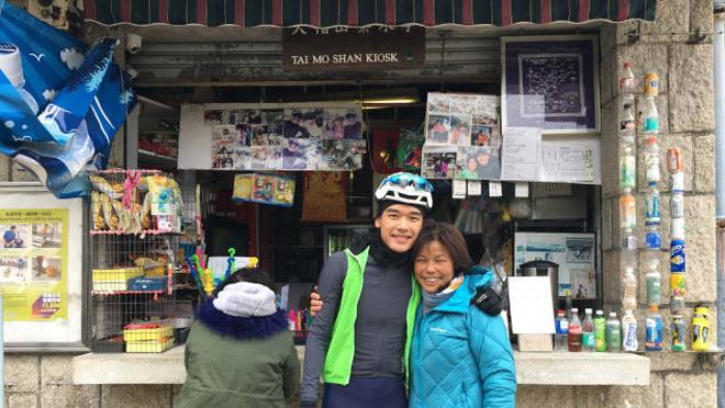 """Trên đường lên núi bạn có thể nghỉ ở một quầy bán đồ. Đến với núi Đại Mạo bạn hãy thưởng thức món trà truyền thống, ăn dim sum cũng như thưởng thức rau quả tươi ngon thu hoạch từ trên núi.  Đầu năm, leo núi là một hoạt động dã ngoại tốt cả về thể chất cũng như tinh thần. Hãy thử một lần đặt chân lên núi Đại Mạo để có một góc nhìn khác về một Hong Kong """"sống chậm""""."""