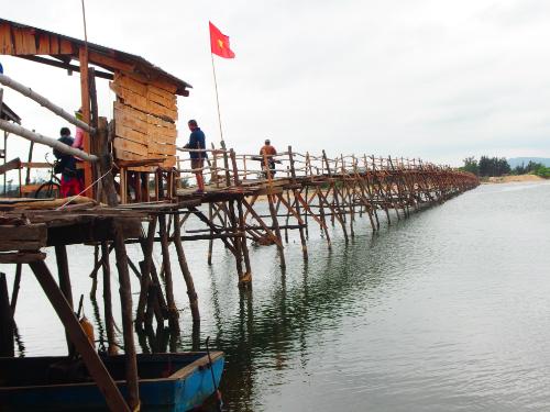 Cây cầu gỗ dài nhất Việt Nam.