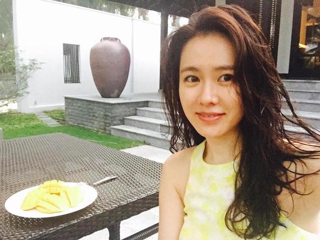 """Tháng 4/2016, nữ diễn viên Son Ye Jin cũng tới Đà Nẵng nghỉ dưỡng mùa hè. Tới đây hoàn toàn chỉ với mục đích du lịch, nghỉ ngơi, nàng thơ của phim """"Hương mùa hè"""" tận hưởng những ngày thư thái. Tuy không tiết lộ địa điểm nhưng người hâm mộ nhanh chóng nhận ra đây là khu resort Four Seasons Resort The Nam Hai bên bờ biển Hà My, cách Đà Nẵng khoảng hơn 20 km."""