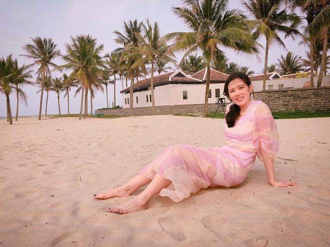Son Ye Jin khoe ngực đầy khi thoải mái tắm nắng, bơi lội và ăn sáng ngoài trời trong khuôn viên khu resort. Điều khiến bãi biển Hà My được du khách nước ngoài yêu thích chính là sự hoang sơ, vắng vẻ và thanh bình. Do chưa được biết đến nhiều nên du khách đến bãi biển này chủ yếu là nghỉ trong các resort hay khách sạn gần đó. Bạn sẽ không phải đối mặt với cảnh chen chúc xô bồ của hàng quán như những bãi tắm nổi tiếng khác.