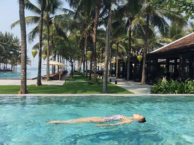 Son Ye Jin dậy sớm để bơi lội dưới làn nước xanh mát. Cô chia sẻ nhiều hình ảnh cảm xúc thư thái trên trang cá nhân khi tận hưởng bầu không khí buổi sáng trong lành, tĩnh lặng và ngắm bầu trời xanh cao.