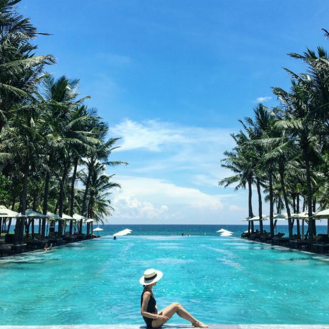 Khu resort có nhiều biệt thự hướng biển, xây dựng theo nguyên tắc phong thủy cùng phong cách kiến trúc cổ truyền, giữa lối đi là hàng dừa xanh mang đậm hình ảnh đất Việt. Có khá nhiều lựa chọn cho bạn từ biệt thự từ 1 đến 5 phòng ngủ, tất cả đều có bể bơi riêng.