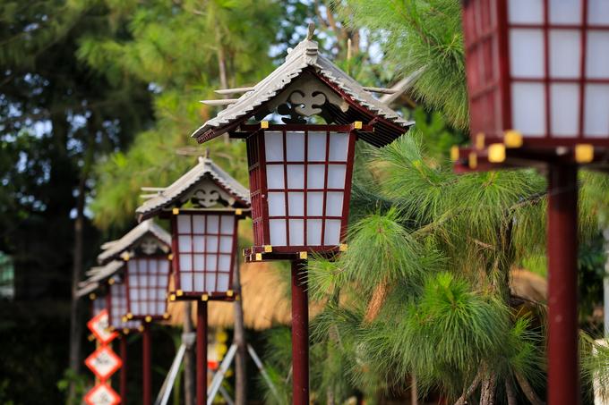 Quanh khuôn viên là những chiếc đèn làm bằng gỗ và giấy có hình lục giác, thường thấy trong các lễ hội hoặc ở lối đi cổng đền chùa của Nhật Bản tại tu viện Khánh An.
