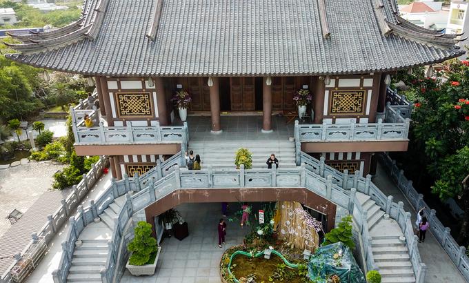 Tu viện Khánh An mang phong cách của Phật giáo Bắc Tông, đậm nét kiến trúc Á đông. Lối lên chánh điện là những bậc thang bằng đá với hoa văn trạm trổ hình hoa sen.