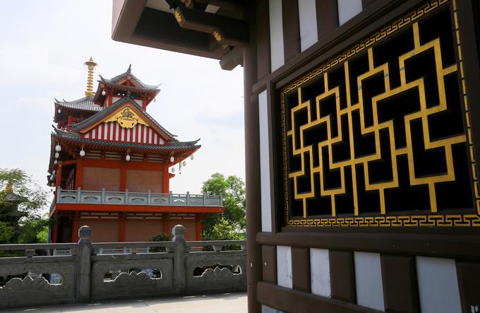 Tu viện có nhiều nét kiến trúc tựa như những ngôi chùa Nhật Bản. Nổi bật là khu nhà tăng và khách đường với kết cấu bằng gỗ hoặc sơn màu giả gỗ cùng đường sắc thái màu đỏ đặc trưng của xứ mặt trời mọc.