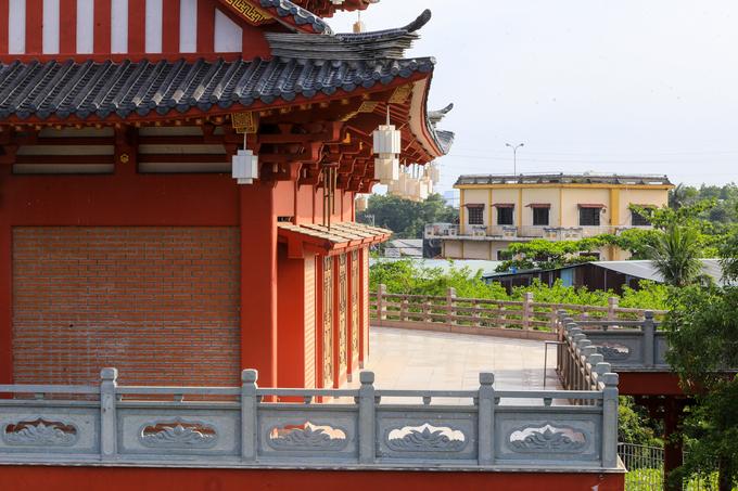 Khu nhà tăng và khách đường nổi bật với màu đỏ rực, lồng đèn treo khắp nơi cùng khoảng sân rộng rãi.
