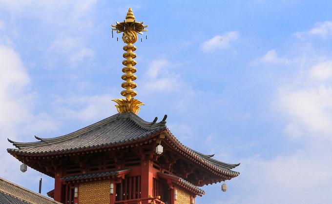 Trên nóc của nhà tăng và khách đường là tòa tháp với màu đỏ và mái ngói ít hình rồng phượng. Điểm nhấn là phần chóp tháp màu vàng cao vút trên nền trời, kiến trúc thường thấy trong đền chùa Nhật Bản.