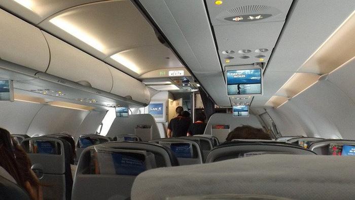 Công nghệ mới đã giúp làm giảm tiếng ồn từ động cơ máy bay bằng cách cách điện thân máy bay bằng một màng mỏng - Ảnh: Science ABC