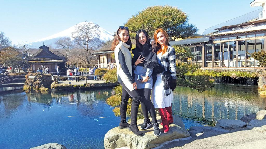 Du khách chụp hình lưu niệm với cảnh phía sau là núi Phú Sĩ