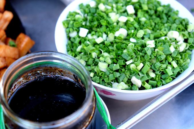 Hành lá là thứ không thể thiếu bởi mùi thơm chủ đạo của món ăn là từ hành, thế nhưng hũ tương đen mới được cho là bí quyết. Điều này các quán không ai tiết lộ.