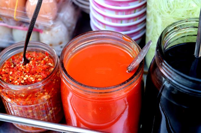 Ăn cùng bột chiên còn có nước tương pha loãng theo công thức riêng, giấm đỏ và ớt bằm. Đây cũng là những loại nước chấm của bà Ngọc được thực khách đánh giá cao.