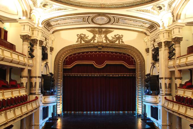 Nhà hát Lớn Hà Nội  Do Pháp thiết kế và xây dựng từ năm 1901 đến 1911, Nhà hát Lớn Hà Nội được làm dựa theo công trình Palais Garnier ở Paris, hiện là công trình kiến trúc nổi bật nhất của thủ đô. Đây là nơi tổ chức các sự kiện lớn, hòa nhạc, biểu diễn văn hóa đương đại... của các nghệ sĩ Việt Nam lẫn nước ngoài. Nhà hát này cũng lớn nhất Việt Nam với sức chứa tới 600 người. Ảnh: Hương Chi.