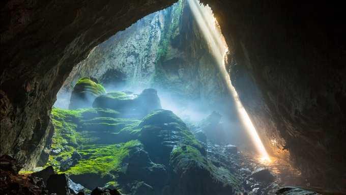 Hang Sơn Đoòng  Được phát hiện năm 1991, hang Sơn Đoòng (Quảng Bình) với 3 triệu năm tuổi hiện là hang rộng lớn nhất thế giới. Nằm trong Vườn quốc gia Phong Nha - Kẻ Bàng, thế giới bí ẩn trong lòng đất này còn chứa cả một dòng sông ngầm, những khối măng đá khổng lồ và các hố sụt đưa ánh sáng tự nhiên vào. Hang mở cửa từ tháng 2 đến tháng 8 hàng năm nhưng hang chỉ đón một lượng khách nhất định. Ảnh: Jarryd Salem.