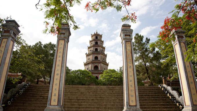 Huế  Nằm bên dòng sông Hương êm đềm ở dải đất miền Trung, Huế là cố đô của Việt Nam dưới thời nhà Nguyễn vào khoảng giữa thập niên 1500 tới năm 1945. Thành phố hiện vẫn còn gìn giữ nhiều công trình lịch sử như lăng tẩm, đền chùa... và đặc biệt là Quần thể di tích Cố đô Huế được UNESCO công nhận là di sản thế giới. Ảnh: Wakako Iguchi.