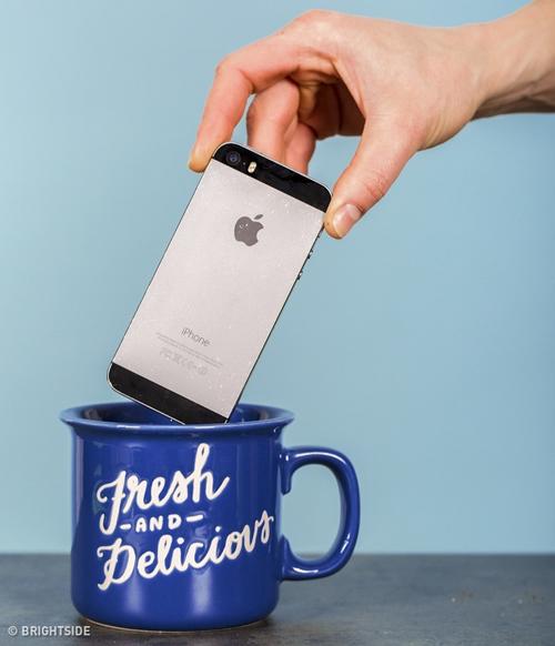 Dùng cốc sứ làm loa  Khi bạn cần đặt đồng hồ báo thức hoặc muốn nghe nhạc to hơn khi ở trong phòng, bạn có thể tận dụng một chiếc cốc sứ và đặt điện thoại vào trong. Âm thanh phát ra sẽ vang vọng hơn bình thường.
