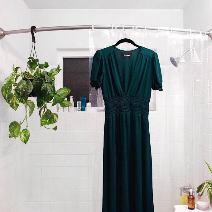 """""""Ủi"""" quần áo trong phòng tắm  Không phải khách sạn nào cũng trang bị bàn là. Và cũng sẽ rất ngại ngần nếu ra ngoài với một bộ đồ nhăn nheo. Để khắc phục điều này, bạn có thể treo phẳng bộ đồ cần ủi trong nhà tắm khi chuẩn bị tắm nước nóng. Hơi nước tỏa ra sẽ giúp lớp vải phẳng hơn đôi chút."""