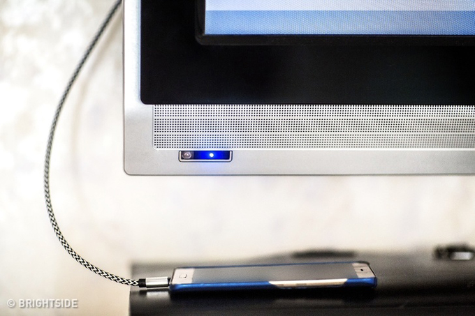 Tận dụng dây cắm TV để sạc điện thoại  Quên sạc điện thoại có lẽ là một trong những cơn ác mộng tồi tệ nhất với người đi du lịch. Hãy khoan đau khổ, bạn hãy tìm trong phòng xem dây nối TV có cổng USB hay không bởi nhiều TV hiện nay có trang bị phần dây nối này. Từ đó, bạn có thể sạc điện thoại một cách dễ dàng.