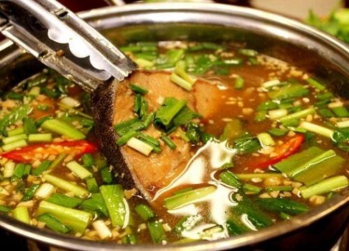Lẩu cá bớp  Đây là một đặc sản mà du khách sẽ bắt gặp nhiều trong các thực đơn ở đảo. Thịt cá bớp có vị ngọt tự nhiên, không bở. Nước lẩu đọng lại vị chua thanh, hơi ngọt cùng cá bớp tạo nên vị đặc trưng của món ăn. Lẩu cá bợp thường ăn với bún kèm theo các loại rau sống và nước mắm nguyên chất mới đúng điệu. Món này dùng vào buổi trưa hay tối đều rất hợp lý. Ảnh: Hai Vinh Nguyen.