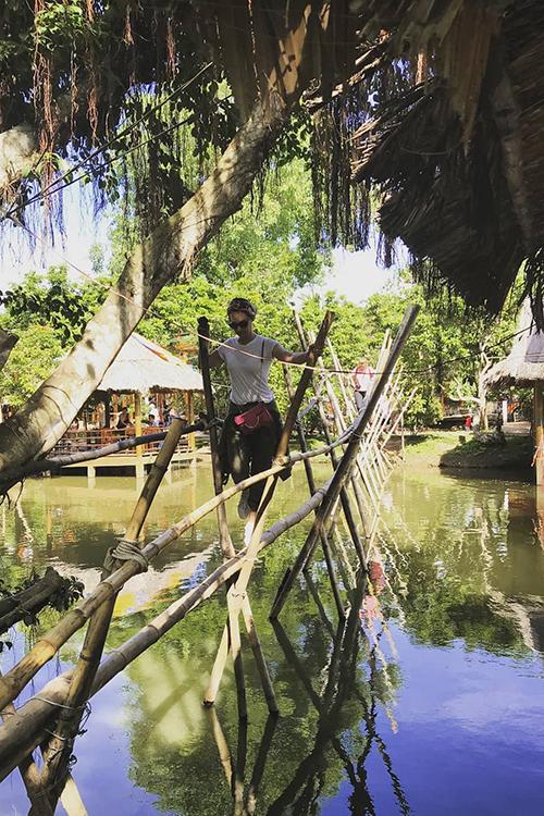 Đi cầu khỉ  Cầu khỉ giúp người dân miền Tây thuận lợi hơn trong việc di chuyển ở nơi nhiều kênh rạch. Cầu thường làm bằng tre hay thân gỗ, có tay vịn. Đối với khách nước ngoài thì đây là trải nghiệm hoàn toàn mới mẻ vì ở các nước phương Tây không có những chiếc cầu đặc biệt mà đơn sơ như thế này. Ảnh: Ko Marina.