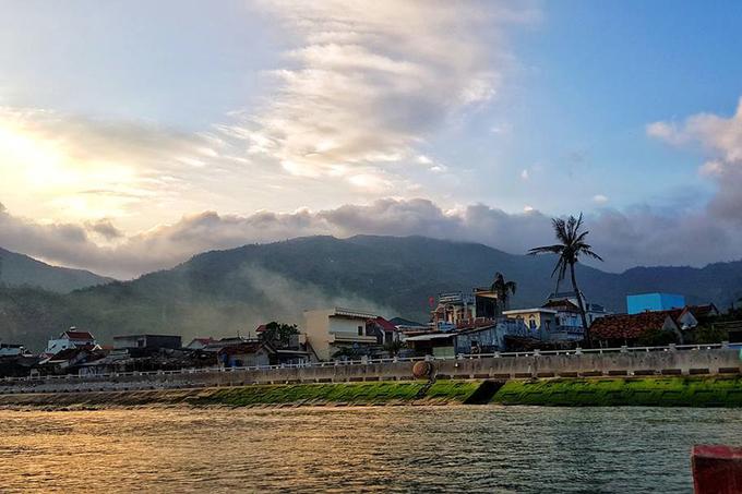Hòn Nưa  Hòn Nưa có một nửa phía bắc thuộc về Phú Yên, nửa phía nam còn lại thuộc về Khánh Hòa. Bờ cát trắng mịn và nước biển trong là những ấn tượng đầu tiên. Ngoài ra, đảo hiện có người sinh sống nên khám phá cuộc sống sinh hoạt hàng ngày ở đây cũng là trải nghiệm dành cho người thích đi du lịch bụi. Ảnh: Nguyen Nhat Minh.