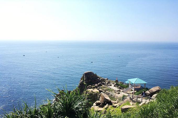Mũi Đại Lãnh  Đón ngày mới trên mũi Đại Lãnh là trải nghiệm được nhiều bạn trẻ yêu thích khi đến Phú Yên. Tại ngọn hải đăng có cầu thang xoắn ốc bên trong được làm bằng gỗ với 110 bậc, bạn có thể ngắm vùng biển bao la xanh ngắt hay những đoàn tàu đang trôi phía chân trời. Ảnh: Bryce Olsen.