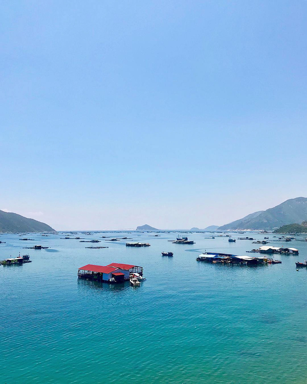 Vũng Rô  Vũng Rô được bao bọc bởi Đèo Cả, núi Đá Bia và Hòn Bà. Nơi đây từng là bến cảng quan trọng của đường Hồ Chí Minh trên biển, nổi tiếng với những chuyến tàu không số huyền thoại. Vũng Rô có 12 bãi nhỏ, mỗi bãi có một đặc điểm riêng nhưng đều có điểm chung là khung cảnh đẹp nức lòng. Du khách có thể thuê thuyền của ngư dân để ra biển hoặc chinh phục đỉnh núi Đá Bia. Hiện nơi đây cũng được nhiều du khách nước ngoài khám phá. Ảnh: Jonny Rouse.