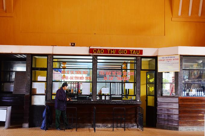 Ga Đà Lạt  Tọa lạc ở con dốc đường Yersin, ga Đà Lạt được Pháp khởi công xây dựng từ năm 1932 và hoàn thành vào 6 năm sau. Đến nay, ga vẫn còn mở cửa chủ yếu cho khách du lịch tham quan, chụp ảnh. Bức hình bên cạnh toa tàu lửa hay phòng bán vé sẽ ghi dấu lần đặt chân đến Đà Lạt của bạn. Đến đây, du khách đừng quên lên tuyến xe lửa cổ và thăm thú một vòng Đà Lạt. Video: Khánh Hương.