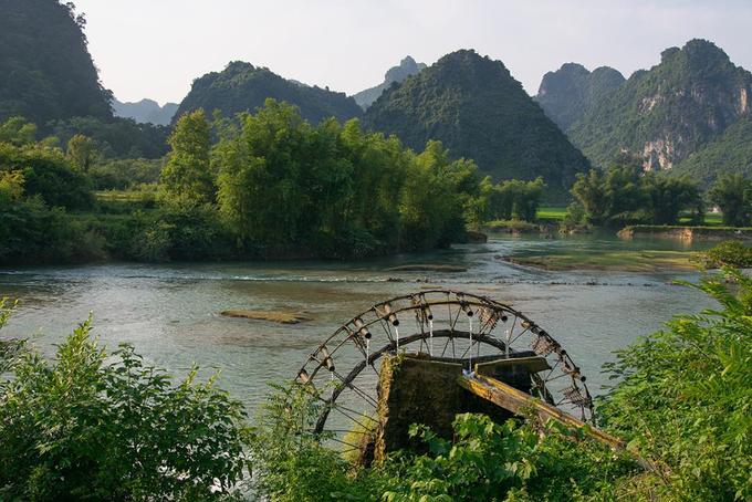 Sông Quây Sơn  Dòng sông Quây Sơn bắt nguồn từ tỉnh Quảng Tây, Trung Quốc chảy qua lãnh thổ Việt Nam gần bên cửa khẩu Pò Peo, huyện Trùng Khánh. Đoạn sông bắt qua Việt Nam dài 49 km. Đây là nơi luôn hút khách bởi cảnh đẹp hai bên bờ. Ảnh: Lore Van de Weyer.