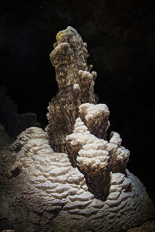Hang Ngườm Pục  Ngườm Pục có độ sâu 100 m, nằm sâu trong dãy núi đá giáp ranh giữa xã Lê Lợi của huyện Thạch An (Cao Bằng) và xã Quốc Khánh, huyện Tràng Định (Lạng Sơn). Trải dài từ cửa vào bên trong là hệ thống nhũ đá nguyên sơ rất đẹp. Muốn khám phá, bạn phải vượt qua các địa hình hiểm trở. Nơi đây hiện vẫn chưa được nhiều du khách biết đến. Ảnh: Trung Nguyên.