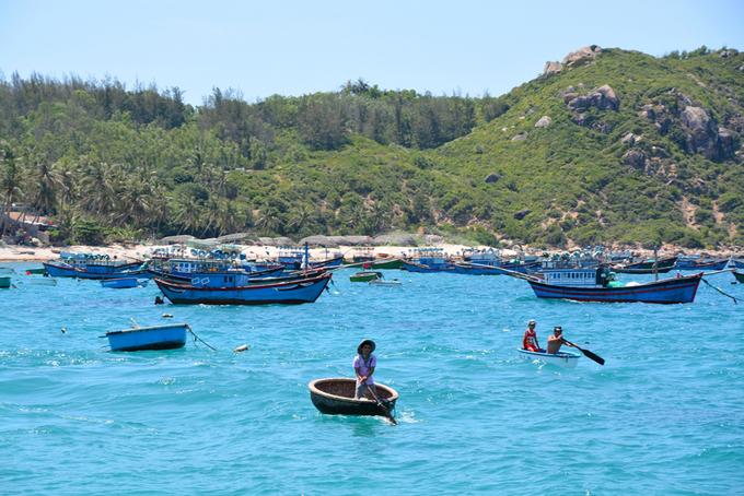 Cù Lao Xanh  Cù Lao Xanh hay còn gọi là đảo Vân Phi thuộc xã đảo Nhơn Châu cách Quy Nhơn hơn 20 km. Đúng như cái tên, đến đây du khách sẽ được đắm mình trong một khoảng không gian bất tận của biển trời và núi non xanh mát. Du khách có thể dành hai ngày một đêm trên đảo để trải nghiệm đời sống dân chài, cùng đi đánh cá sớm, leo lên ngọn hải đăng ngắm toàn cảnh đảo, thưởng thức hải sản tươi ngon, tắm biển, khám phá các bãi đá, làng chài... Ảnh: Tiến Hùng.