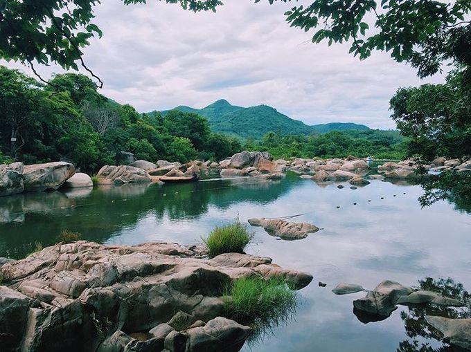Hầm Hô  Khúc sông Hầm Hô có chiều dài gần 3 km chảy qua các khu rừng già với những tảng đá muôn hình, muôn vẻ. Khu du lịch sinh thái Hầm Hô tọa lạc tại xã Tây Phú, huyện Tây Sơn, cách thành phố Quy Nhơn 50 km về phía tây bắc. Du khách có thể nghỉ qua đêm trong nhà sàn, trải nghiệm chèo kayak, câu cá, đi đò, đốt lửa trại, khám phá rừng nguyên sinh... Ảnh: Thủy Lại.