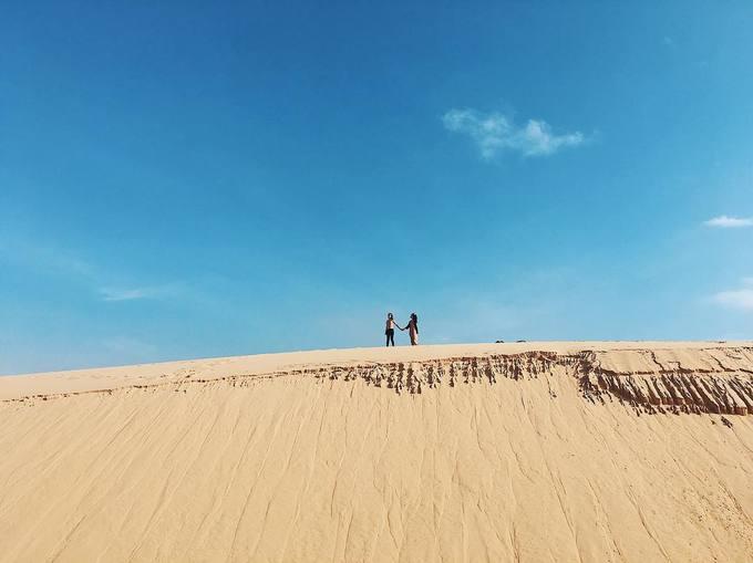 Đồi cát Phương Mai  Đồi cát nằm cạnh bãi biển Nhơn Lý, thuộc bán đảo Phương Mai và cách trung tâm Quy Nhơn gần 20 km.Với địa hình dốc của đồi cát lên đến 50 m, tốc độ trượt cát ở đây có thể lên đến 30 - 40 km/h và gần như là tốc độ trượt nhanh nhất ở các đồi cát Việt Nam hiện nay. Buổi sớm dịu mát và buổi chiều lộng gió là thời điểm lý tưởng cho du khách khám phá tất cả thuộc về nơi đây. Leo lên đỉnh đồi, phóng tầm mắt ra xa du khách có thể nhìn thấy được một hồ nước trong xanh tương tự ở Bàu Trắng (Bình Thuận). Ảnh: ngoclittle18.