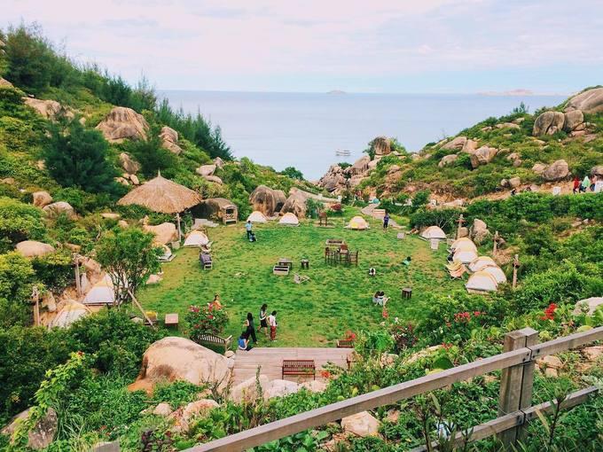 Trung Lương  Đây là một khu dã ngoại nằm cách thành phố Quy Nhơn khoảng 30 km, nằm ở phía đông đường ĐT 639 thuộc thôn Trung Lương, xã Cát Tiến, huyện Phù Cát. Từ những ngày mới mở vào năm 2016, nơi này đã thu hút rất nhiều khách ghé thăm để vui chơi, cắm trại, tận hưởng không khí thanh bình, gần gũi với thiên nhiên. Giá thuê lều trại ở đây khoảng 300.000 đồng một đêm cho hai người. Ảnh: Viettien11.