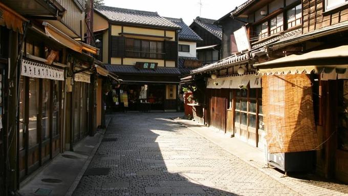 Kawagoe, đảo Honshu  Chỉ cách Tokyo khoảng 30 phút di chuyển về phía tây bắc, Kawagoe là nơi lý tưởng cho chuyến du lịch trong ngày. Thành phố có từ thời Edo sẽ cuốn hút du khách bởi những ngôi nhà, con phố, đền chùa kiến trúc cổ. Tuy nhiên, ẩm thực Kawagoe vẫn là điểm thu hút nhất, đặc biệt là món gà xiên nướng yakitori. Christie bật mí địa chỉ ăn yakitori ngon nhất là Toraya, nhà hàng do một đôi vợ chồng cùng mở và quản lý.