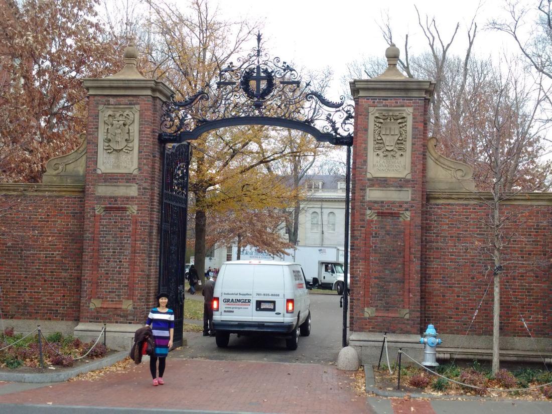 Cổng trường đại học Harvard khá nhỏ chỉ vừa đủ một chiều ôtô qua lại