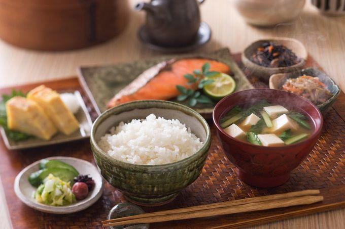Bữa sáng là bữa ăn quan trọng nhất nhằm nạp đủ năng lượng cho cả ngày. Bữa sáng truyền thống của người Nhật thường được chuẩn bị đầy đủ các món tương tự bữa trưa hoặc tối nhưng khẩu phần ít hơn, thường không có dầu mỡ hay đồ chiên xào cho khỏi ngán. Thông thường set ăn sáng gồm: cơm, súp miso, cá nướng và vài món ăn kèm như rong biển khô, đậu nành lên men, salad...
