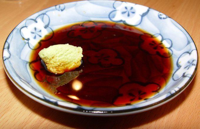 Người Nhật bám sát nguyên tắc ăn nhạt nhằm ngăn ngừa nhiều bệnh về tim mạch, giảm khả năng đột quỵ... Hầu hết món ăn đều có vị vừa phải, ưu tiên giữ lại hương vị tự nhiên của nguyên liệu tươi. Nước tương đậu nành thường dùng để chấm sashimi, sushi cũng nhạt hơn nhiều so với nước tương của các nước khác.