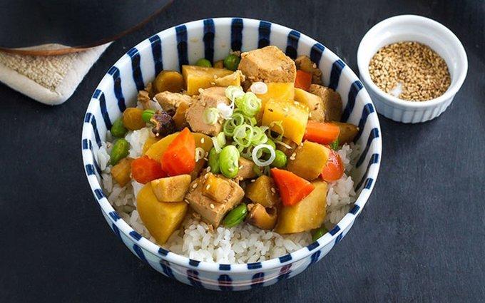 Người Nhật đặc biệt ưa thích món ăn giàu đạm thực vật, trong đó đậu phụ hay món ăn chế biến từ đậu nành khá phổ biến ở xứ sở hoa anh đào. Protein nguồn gốc thực vật có tác dụng tốt trong việc ngăn ngừa ung thư vú, bệnh tim mà lại giàu dinh dưỡng.