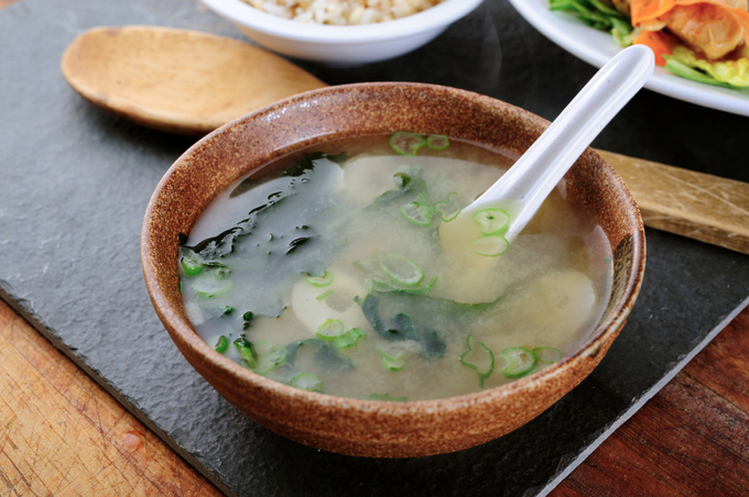 Bữa ăn của người Nhật được nấu theo nguyên tắc ichiju-sansai (một món súp, ba món chính), trong đó súp và thực phẩm lên men là không thể thiếu. Đặc biệt, súp miso nấu từ đậu nành lên men và nước dùng dashi giúp tăng cường vi khuẩn có lợi cho đường ruột, tốt cho hệ tiêu hóa khiến bữa ăn ngon hơn.