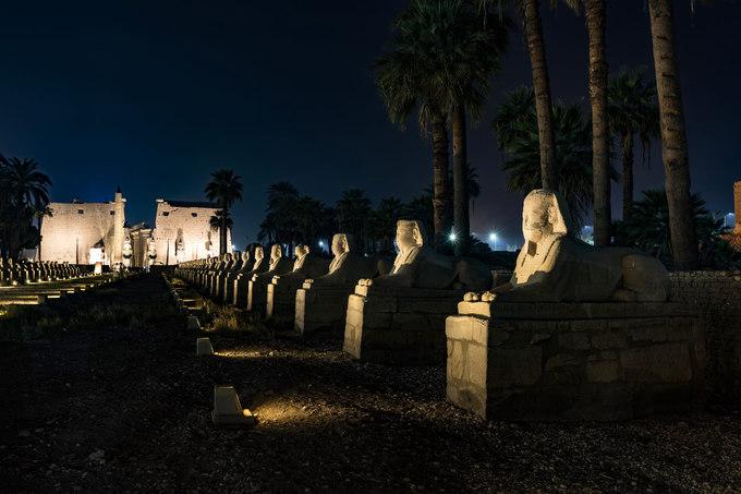 """""""Bạn hãy một lần đến Ai Cập, đứng trước kim tự tháp, tượng nhân sư để thấy mình nhỏ bé thế nào"""", Hoàng Lê Giang chia sẻ. Thời khắc bạn rảo bước trong những đền thờ, chạm tay vào từng nét chạm khắc trên đá là những cảm xúc linh thiêng và kinh ngạc trước tài hoa của người xưa."""