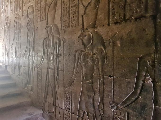 Hình khắc trong các lăng mộ không chỉ mô tả lại cuộc sống của người Ai Cập cổ đại. Nơi đây còn là nơi lưu lại nhiều nghi thức tôn giáo cổ xưa, các công trình khoa học về y học, thiên văn, toán học, chữ viết...