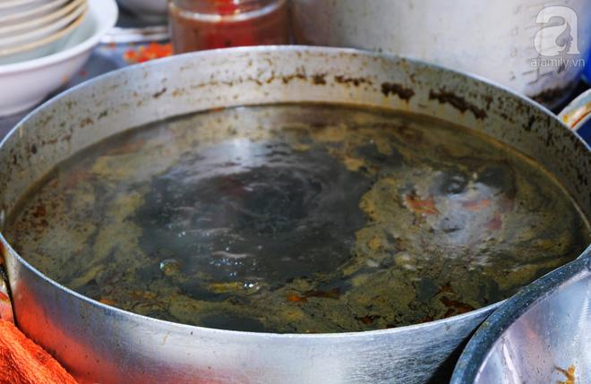 Nước lèo có màu đen và mùi nồng đặc trưng.