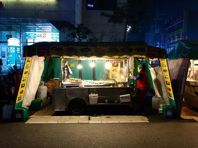 Và dĩ nhiên bạn không nên bỏ lỡ những xiên cá, tokbokki bên đường thường thấy trong những bộ phim Hàn Quốc. Dù gió lạnh đến đâu, chỉ cần chui vào chiếc lều nhỏ che bạt chắn gió, thưởng thức món tokbokki rồi húp ly nước súp nóng hổi là đủ thỏa mãn rồi.