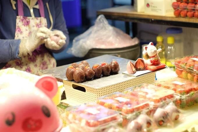 Những hộp dâu tây đỏ mọng trên xe mochi dâu ngay ngã tư giữa khu Myeongdong sẽ khiến bất kì tín đồ dâu nào cũng phải nán lại. Quả dâu tươi được bọc một bởi một lớp bột mochi dẻo làm từ đậu đỏ và gạo nếp màu hồng tím, cắn một miếng là có thể cảm nhận được vị ngọt xen lẫn hơi chua của dâu tây, ăn hoài không thấy ngán. Một chiếc mochi giá 2.500 won (khoảng 50.000 đồng) gói bằng một lớp nilon để khỏi dính tay.