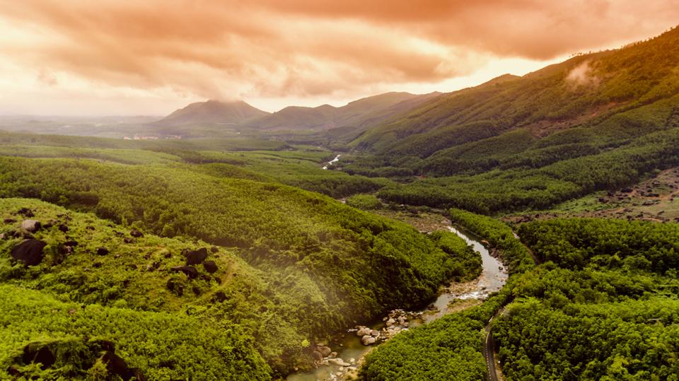 Cung đường uốn lượn dẫn lên CVSKN Núi Thần Tài.