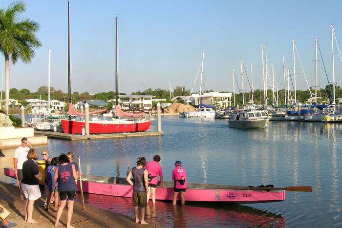 Vào mùa hè, Darwin luôn thu hút nhiều du khách đến chèo thuyền ở Cullen Bay Marina
