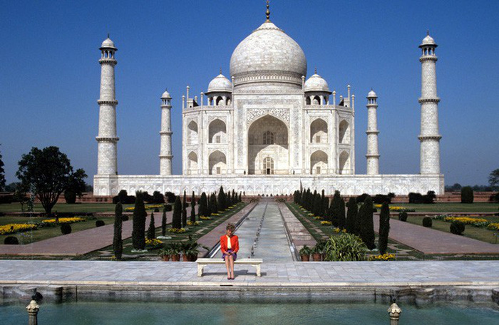 Công nương Diana (Anh) từng đến thăm đền Taj Mahal và chụp ảnh một mình trên một chiếc ghế đá cẩm thạch ở đây năm 1992. Ảnh: AFP