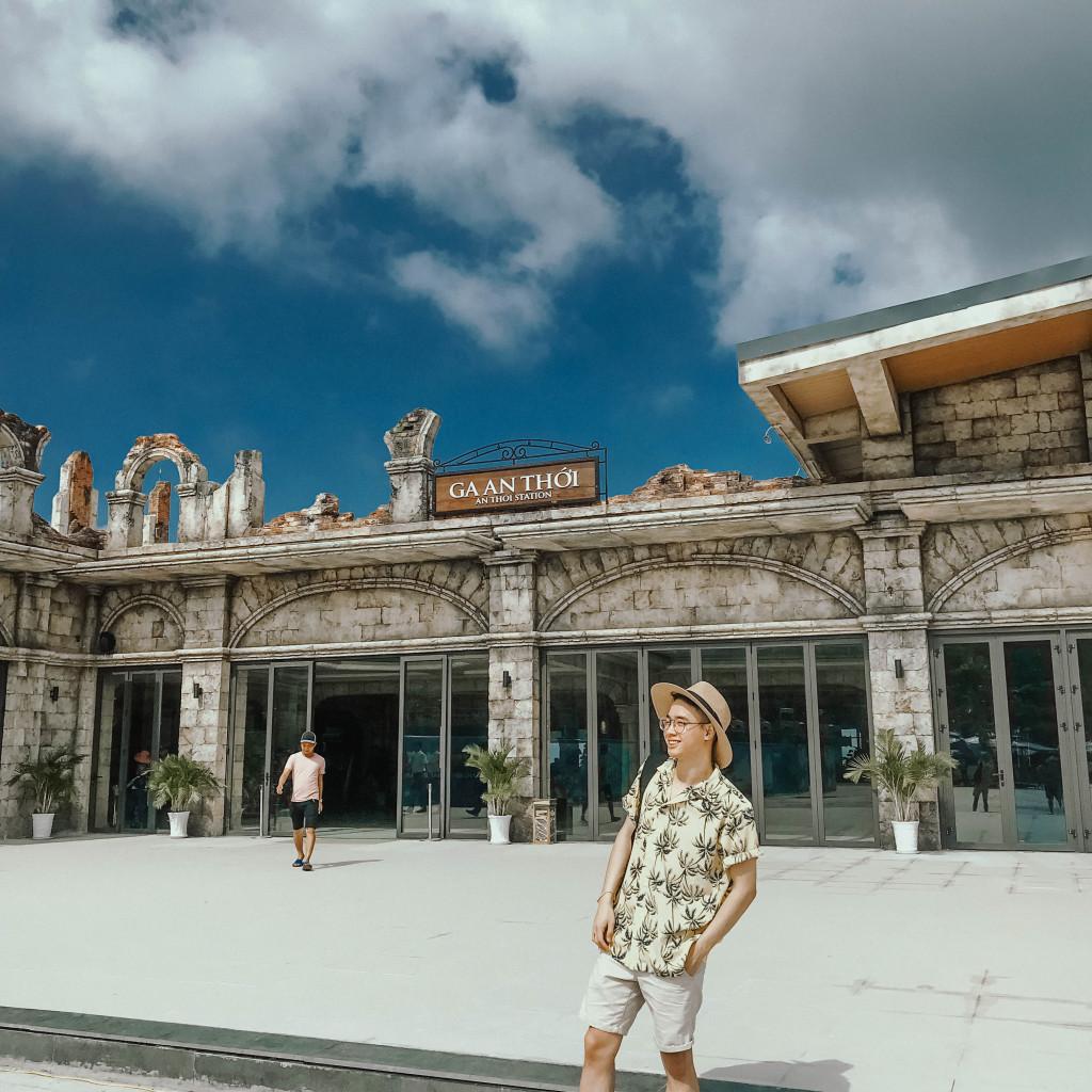 Để đến với Hòn Thơm, du khách có thể lựa chọn đi taxi hoặc xe du lịch tới bến cảng biển An Thới. Từ trung tâm thị trấn Dương Đông, đi xe khoảng 30 phút là tới cảng biển An Thới và mất thêm 30 phút đi đò để đến với hòn đảo này.