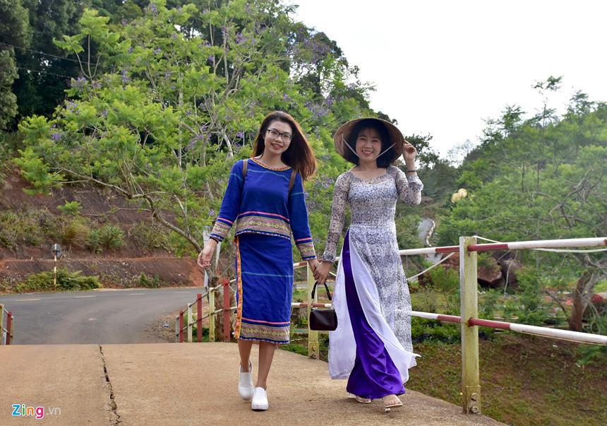 """Du khách dạo bước tham quan """"vườn phượng tím"""" ở hồ Đăk Ke. Du khách Lâm Tiểu Giao (ngụ Quảng Ngãi), chia sẻ lần đầu tiên đến tham quan Măng Đen may mắn vào đúng mùa hoa sim và phượng tím nở rộ."""