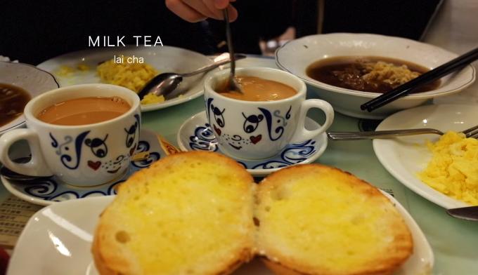 """Tsui Wah  Cửa hàng nằm tại Tsim Sha Shui khá nổi tiếng với các món ăn điểm tâm trà chiều như trà sữa, mỳ ống thịt lợn, bánh mỳ trứng sốt, các loại mỳ thịt bò... Các quán trà chiều ở Hong Kong nhiều """"như nấm"""" ở Hong Kong và trở thành một phần đặc trưng của ẩm thực nơi đây. Bạn có thể ghé qua các cửa tiệm Australia Dairy, Ho Hung Lee, Fuk Lee Congee, Lan Fong Yuen..."""